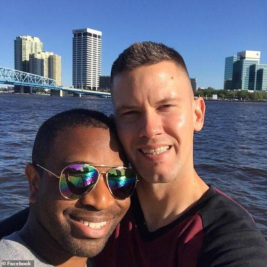 """美国一对同性恋海军模仿二战水手""""胜利之吻""""遭仇视"""