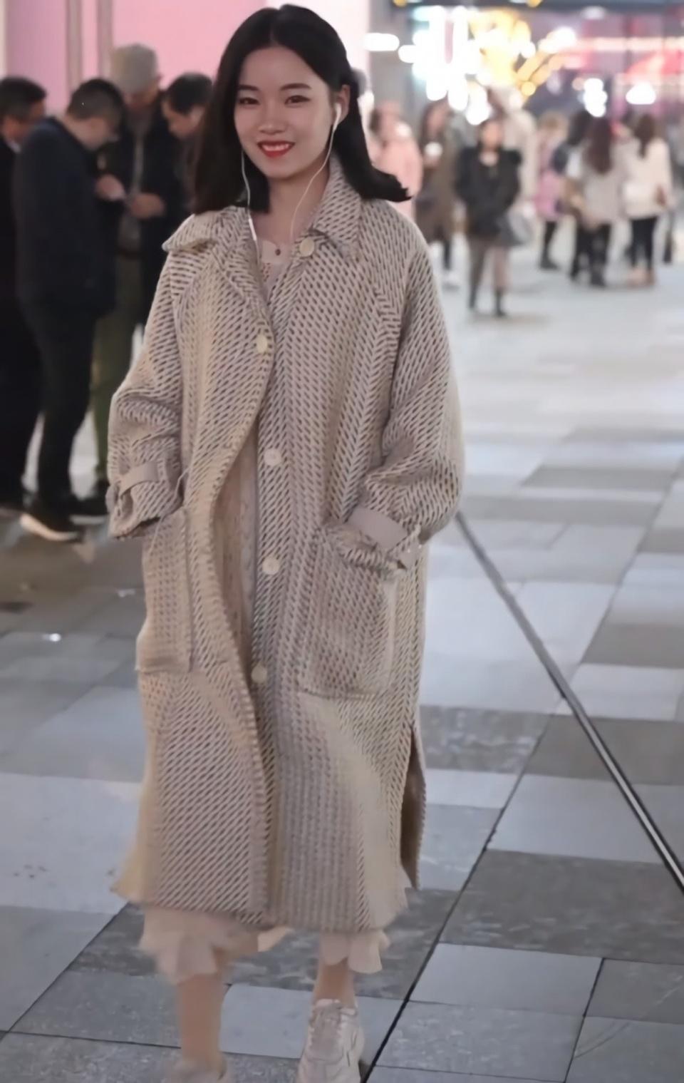 美女的大衣情趣真金贵,要用两件粉底遮起来,用用具保健品女丝袜图片