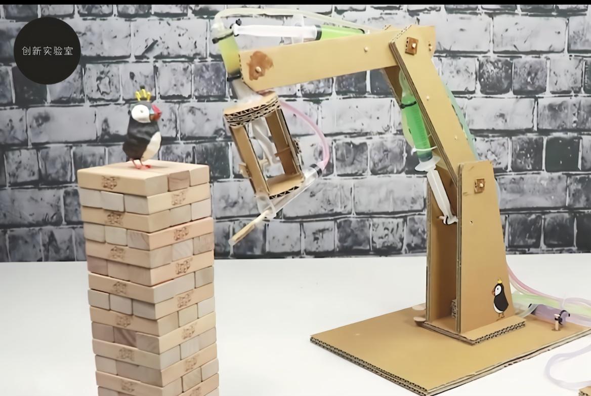 手工达人用纸板制作的日历小机器,日子一过就翻页