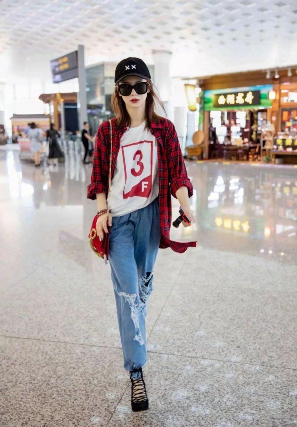戚薇大爱中国红!年味性感配皮裤的红色穿搭街丝袜视频下载拍豹纹图片