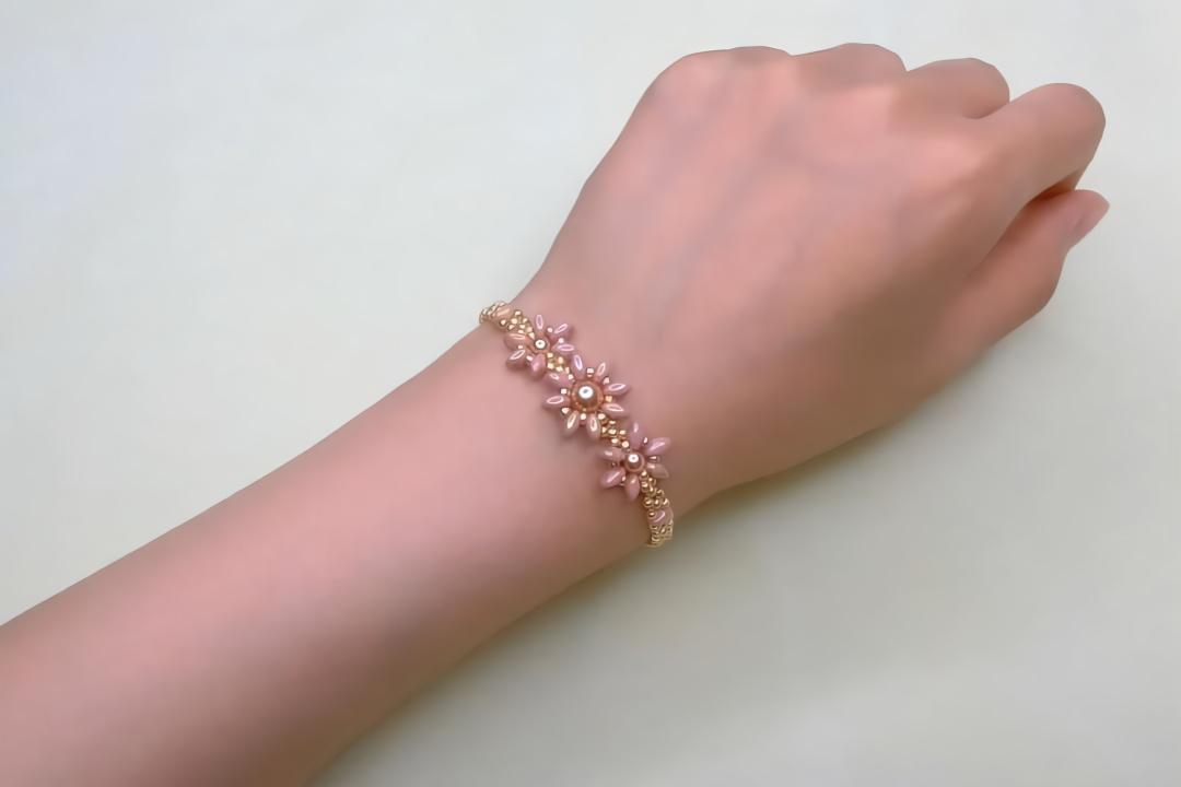 diy饰品教程,串珠制作花型手链的方法,戴起来非常漂亮!图片