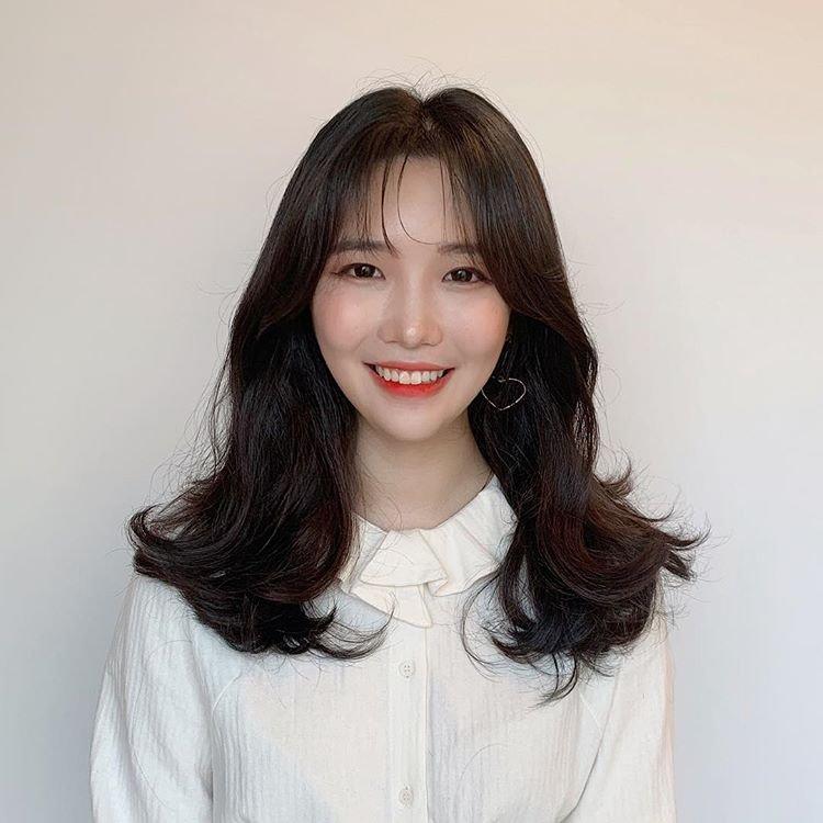 中分刘海搭配韩式微卷发,这样的发型今年最流行图片