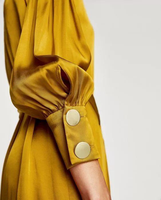 ▼ 极简设计的一片式长裙, 因为有了显眼的大纽扣点缀, 而充满艺术感