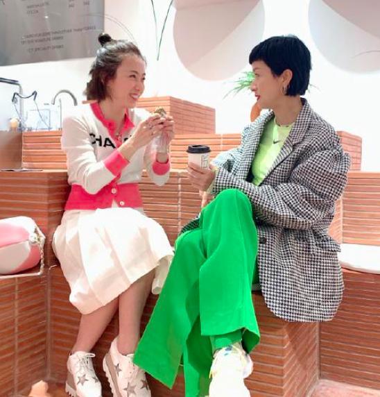 刘銮雄太太甘比与陈奕迅老婆聚会,17500块的上衣太抢眼了