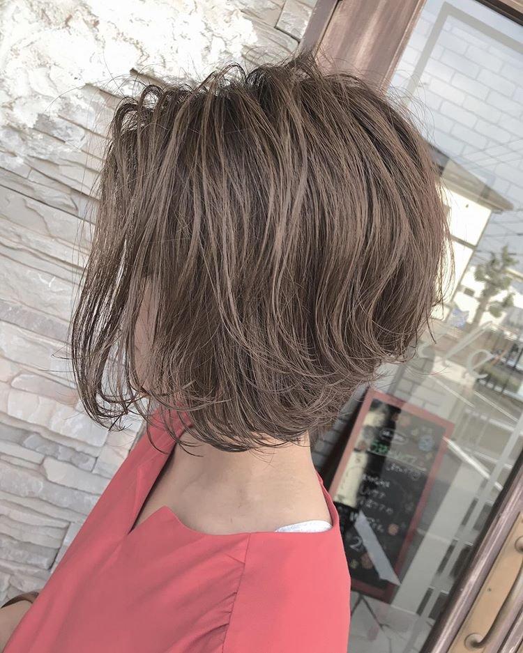 不长不短的发型,这样烫一点也不老气图片