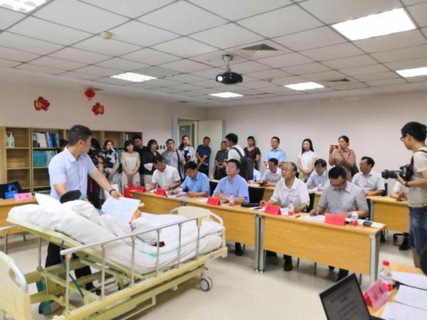 """女生临近毕业车祸重伤瘫痪 学校组织一场""""病房答辩"""""""