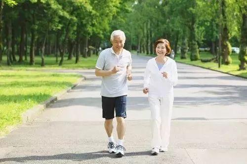 走路能猜测寿数长短,这样走路的人最风险…