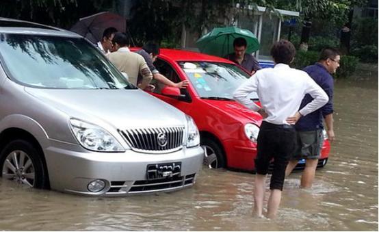 南方暴雨不断,车子停路边被水淹了,保险公司赔全款吗?