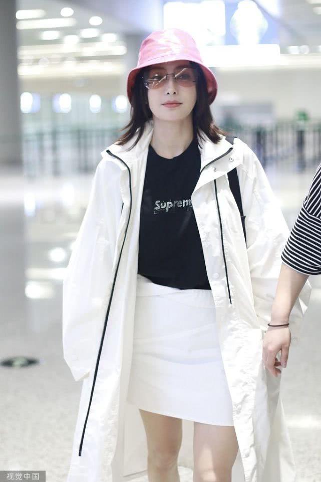 """秦岚黑白穿搭粉色帽子成亮点 白色裙子下的""""漫画腿""""更吸睛"""