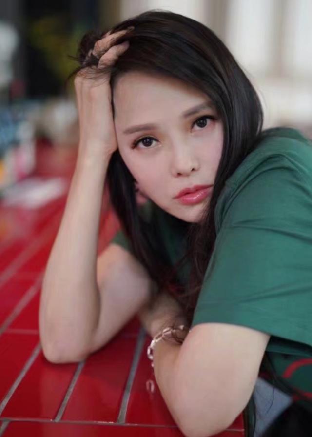 50岁伊能静晒写真像二十多岁少女,淡妆清纯可爱,女神怎么不会老