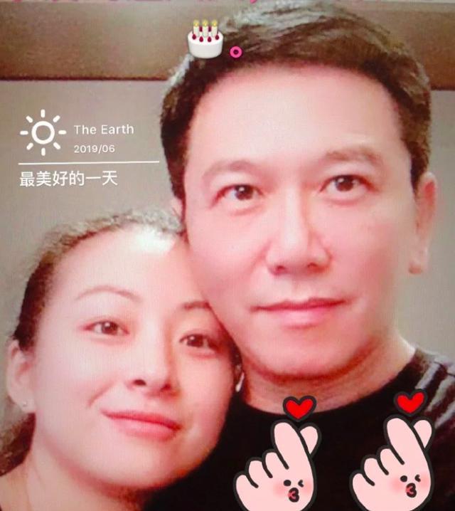 鲜肉鼻祖3婚娶小20岁娇妻,54岁身材发福发际线引担忧