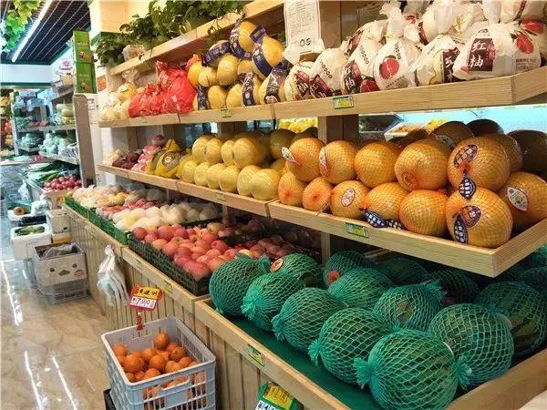 这家近100平方米的生鲜超市内,水果蔬菜,生鲜调料等居民生活所需按类