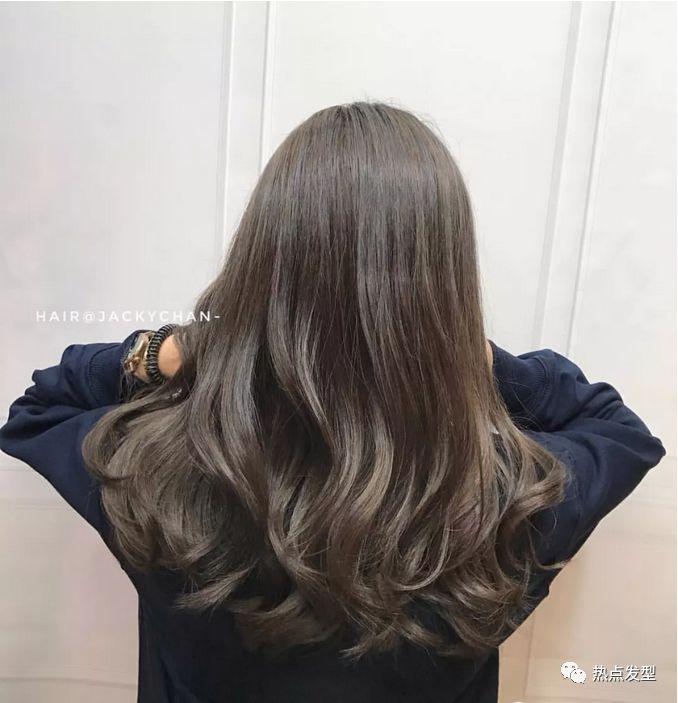 头发多的妹子再弄个热烫发,更能对脸蛋起到修饰作用.