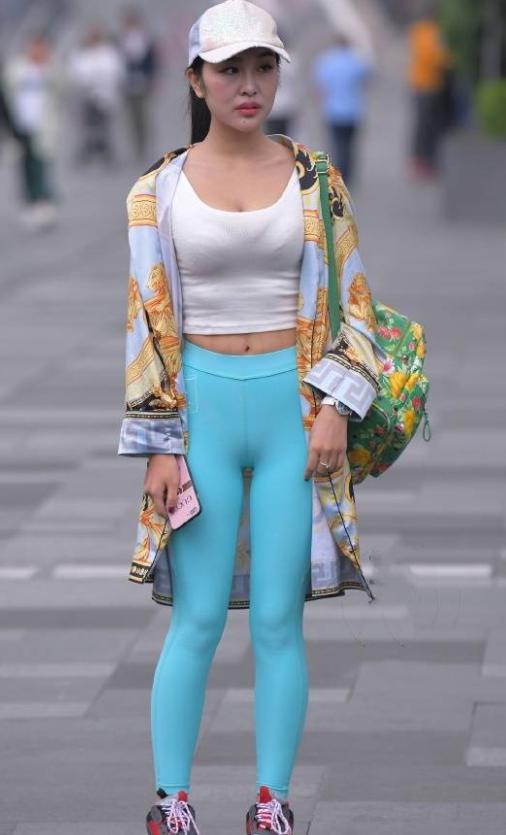 街拍蓝色紧身裤美女这身穿搭,网友:体型完美