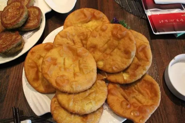 花花甜,月饼酥,油炸馓子香又脆.这首民谣是对青海面食佳品的赞美.