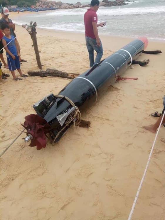 一枚中国鱼雷现身越南海滩,红色弹头格外醒目,军迷:不怕仿制?
