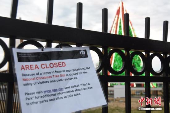 """当地时间12月23日,受当局""""关门""""影响,位于白宫前的国家圣诞树区域因""""当局拨款缺失""""关闭。中新社记者沙晗汀摄"""