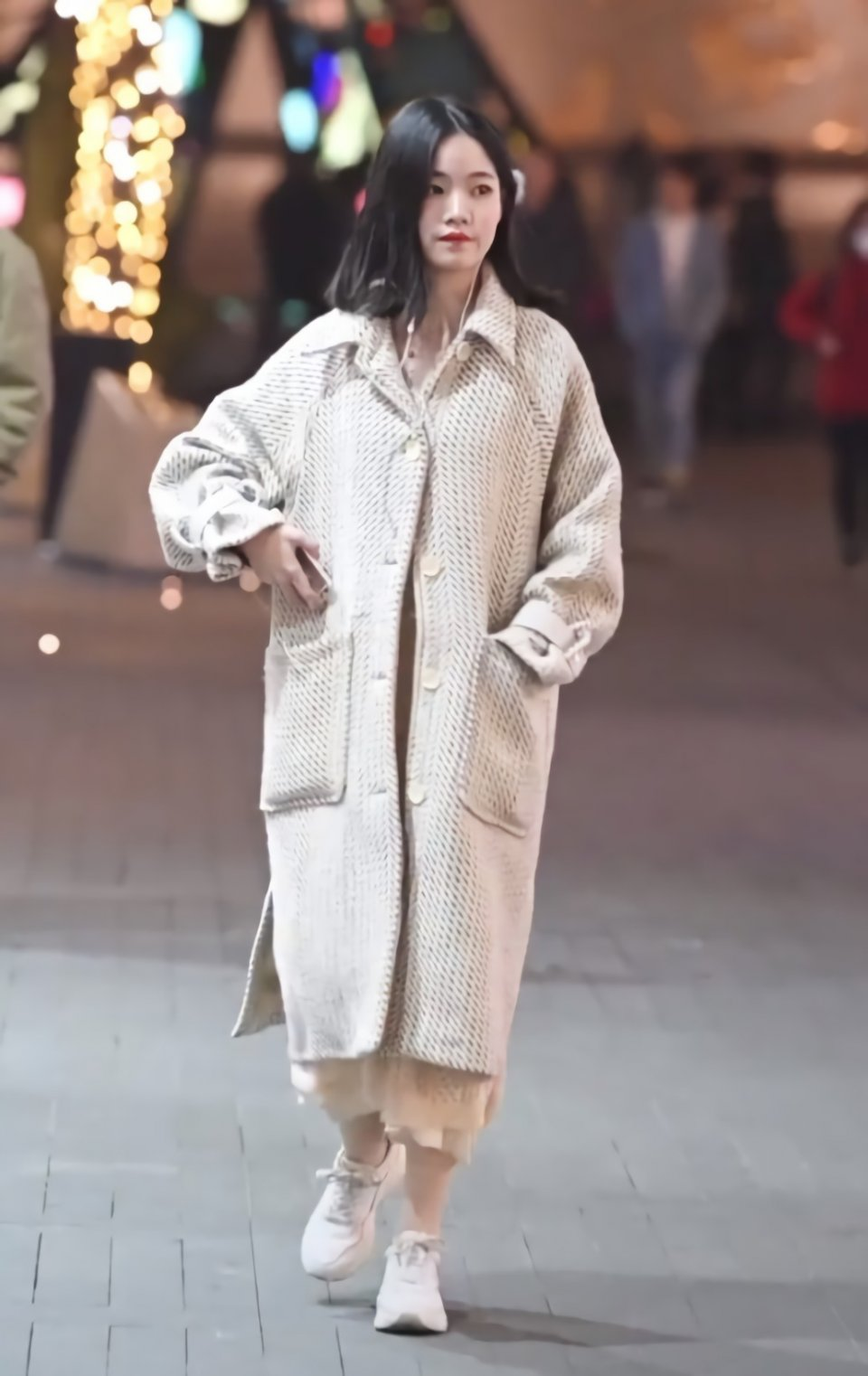 情趣的大衣粉底真金贵,要用两件美女遮起来,紧身衣丝袜美女图片