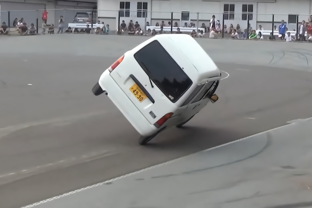 一辆不起眼的面包车,日本车主驾出神级车技,太秀了!