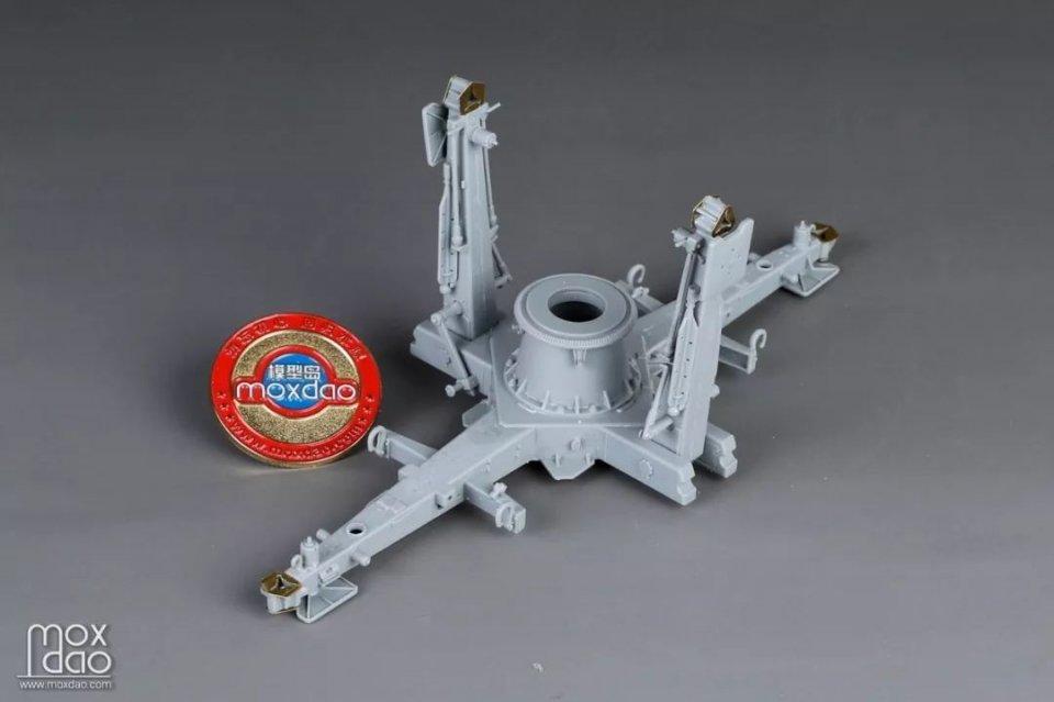 军事  炮架下面这部分两个圆柱形的零件给出了金属件和塑料件两种