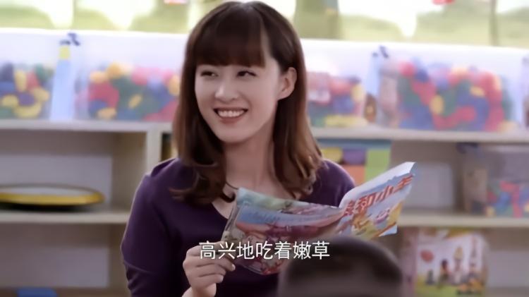 媳的故事视频_儿媳给孩子们讲故事,没想到她是这幅表情,网友:心都融化了