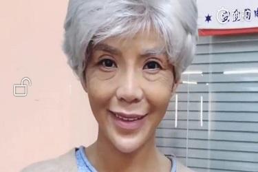 央视主持朱迅老人妆头发花白,满脸皱纹的她真吓人!