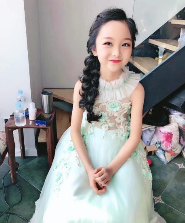 范冰冰8岁堂妹近照曝光大眼神似范冰冰被指浓妆艳抹太成熟?_腾讯