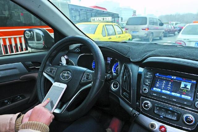 开车看导航、微信聊天违不违法?影响驾驶安全如何界定?