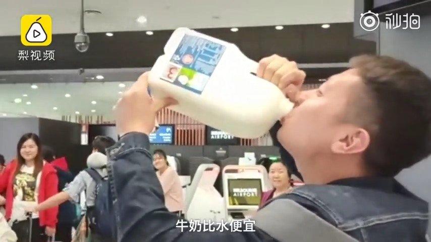 现实版人在囧途!中国游客带牛奶上机被拒_当场喝2.5升