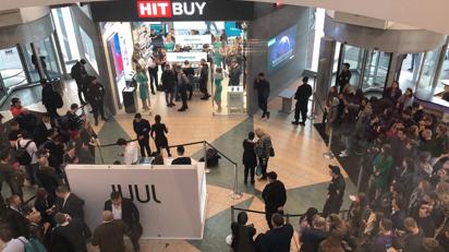 海信手机遭外国人排队疯抢 品牌销售收入增长