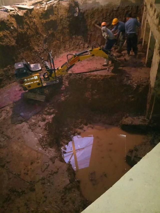 小型挖掘机陷入泥潭