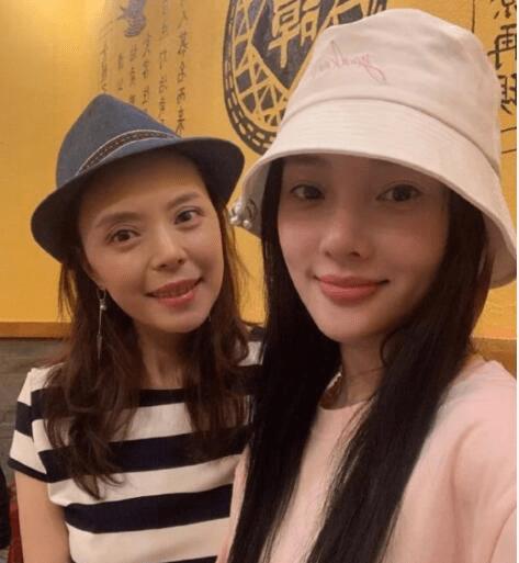 李小璐带女儿与朋友聚餐,6岁的甜馨长胖不少