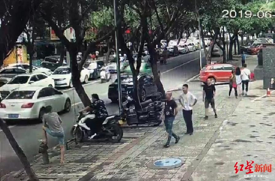 民警冒死抓毒贩 被车拖行20米仍不放手