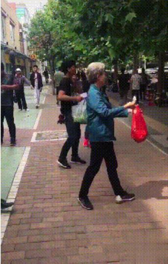 57岁宋丹丹满头白发现身街头,拎塑料袋请路人吃冰棍超接地气