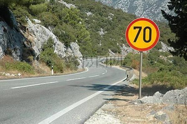 高速罚款大坑,限速120突然跳转限速70,还该不该踩刹车?