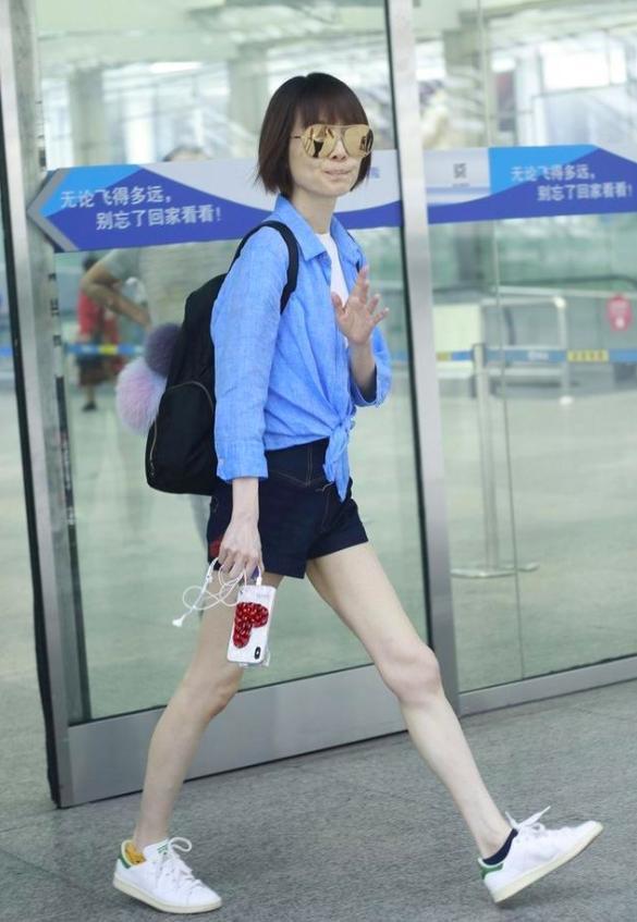 她曾是央视主持人,如今49岁穿短裤秀细腰美腿,皮肤白皙似少女