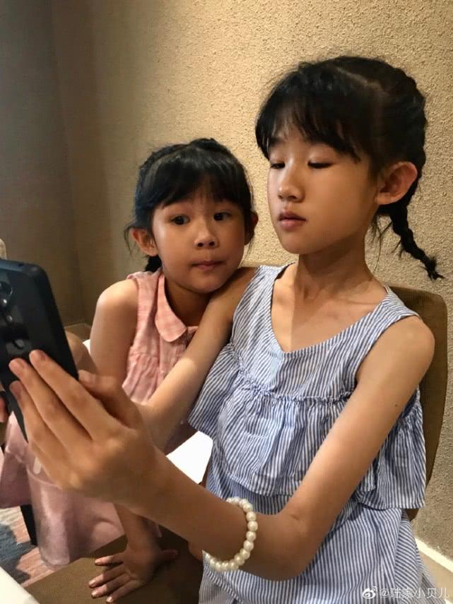 11岁贝儿晒美颜自拍已成少女模样,嫌弃妈妈鲍蕾拍照水平差