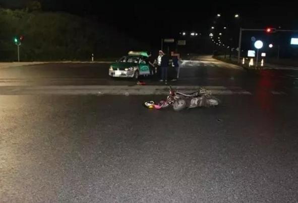 电动车闯红灯被撞,电动车车主要求汽车负责,交警回怼全责是你