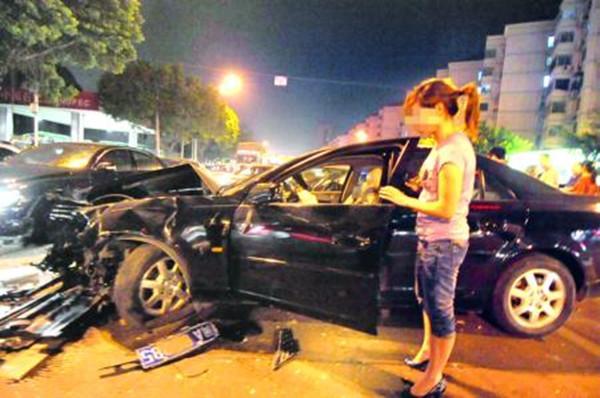 新手女司机油门当刹车,连撞5车,副驾丈夫一声比一声绝望