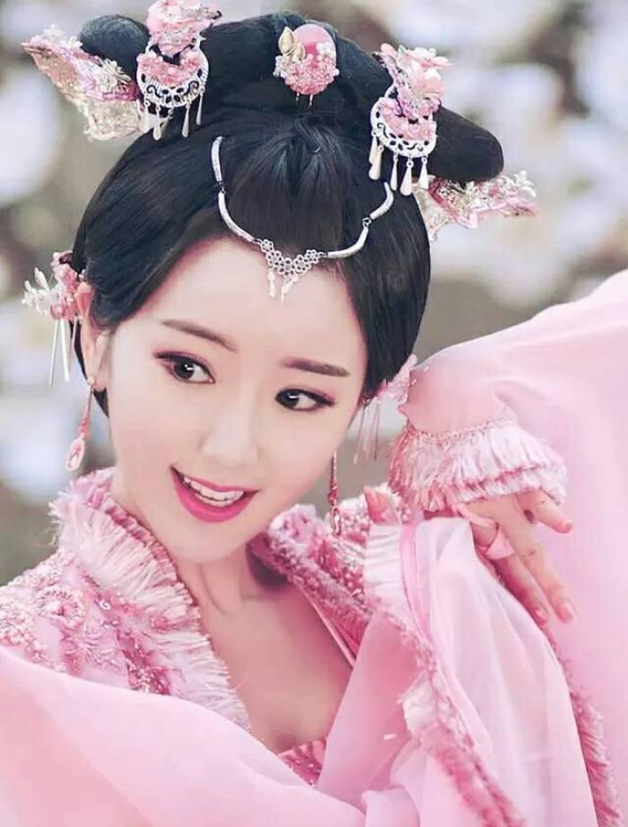 毛晓彤跳起来抢捧花,两年内想结婚,依然相信爱情?