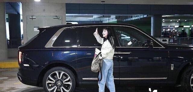王思聪又买豪车了,机场接美女被拍到,有人加价400万才开走它