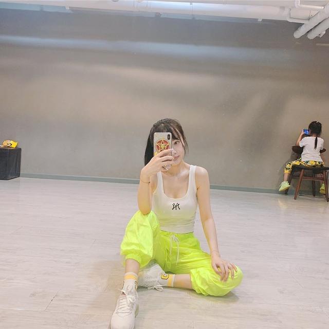 李小璐晒自身与甜馨合影照片,称:陪她上完课,陪着我再上堂课