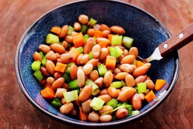 更健康,每天食一把花生,软化血管,排毒养颜还养胃!青岛人看这