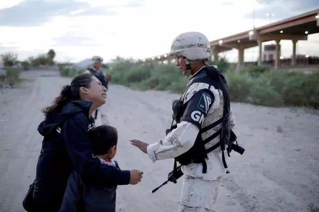 美墨边境再现心碎一幕,危地马拉母子哭求士兵放他们进入美国
