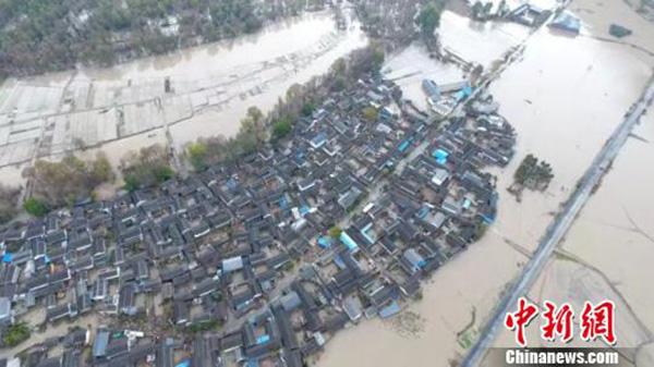 金沙江堰塞湖溃流凶猛入滇:7座桥梁被毁 4万余人转移
