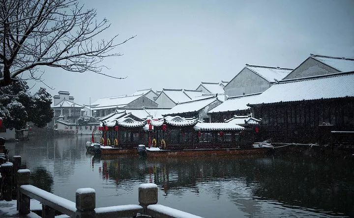 看披着白雪的乌篷船往来不歇 小桥流水人家也是一派银装素裹模样 这