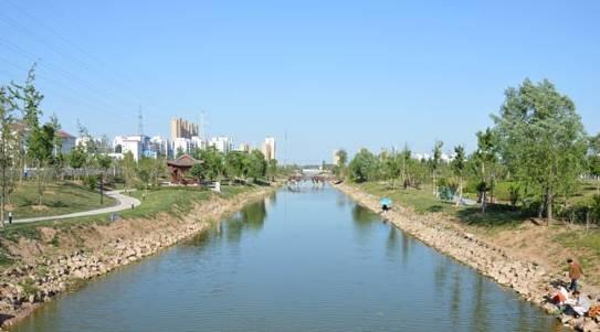 沿河景观带实景 林拥城植物园 地净、路畅、水活、天蓝、林拥城 为我们描绘了新区未来美好的生活场景 植物园现已完成绿地约10000亩,完成苗木栽植40万棵 一条包围城市的绿色林带正在形成,城市绿肺成效初现 未来30多万棵苗木的栽种规模 将使这里成为皖北最大的植物园