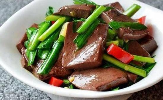 這道韭菜炒鴨血是我們日常生活中常見的一道家常菜,其做法也相對比較