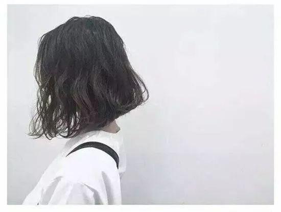 今年流行什么短发烫发发型?最显气质的女生短发烫发发型就在这!图片