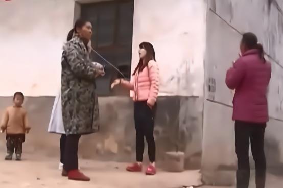 女子竟自爆孩子是别人的  为与外遇在一起要离婚 邻居都觉得好笑